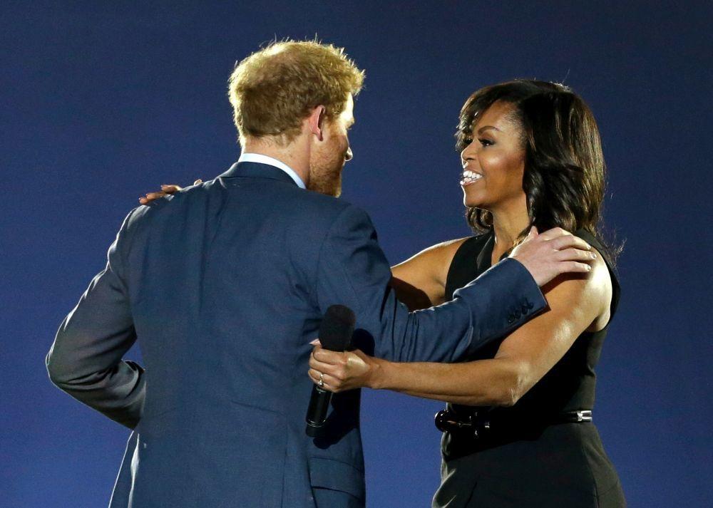 Michelle Obama saludando al príncipe Harry.