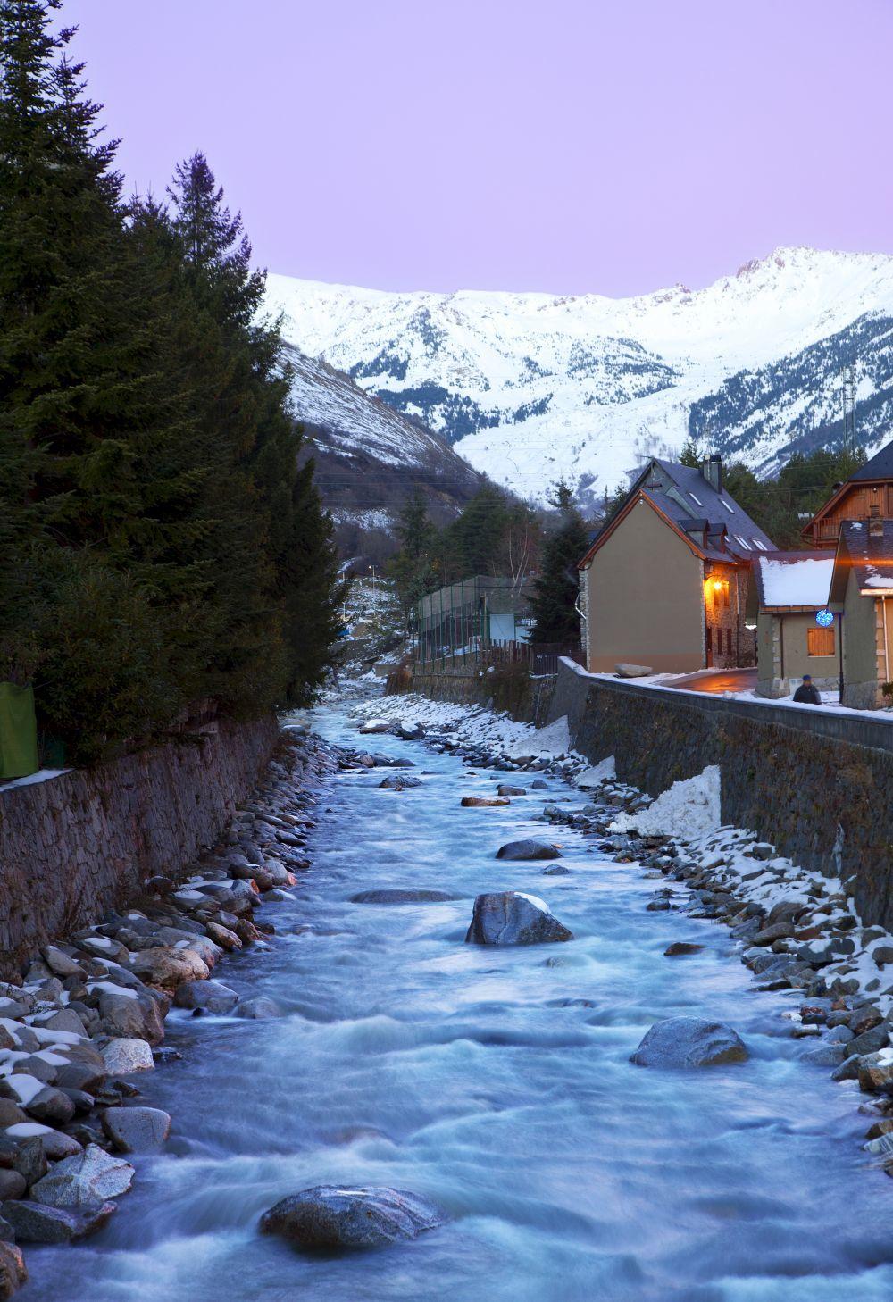 Baqueira se caracteriza por sus casas junto al río de Artié.