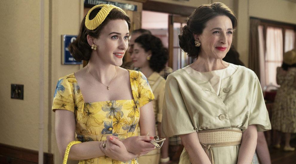 Midge (Rachel Brosnahan) junto a su madre, Rose (Marin Hinkle) en una...