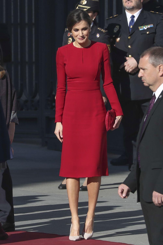 La reina Letizia con un vestido rojo de Carolina y zapatos en color...