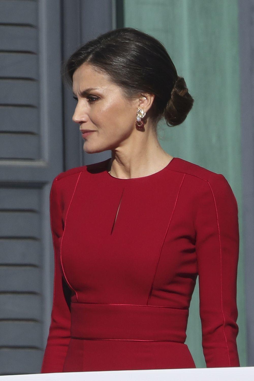 Doña Letizia ha completado su estilismo con pendientes maxi y un...