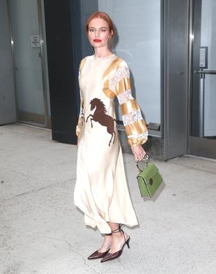 La actriz se decantó por un vestido satinado de Chloé