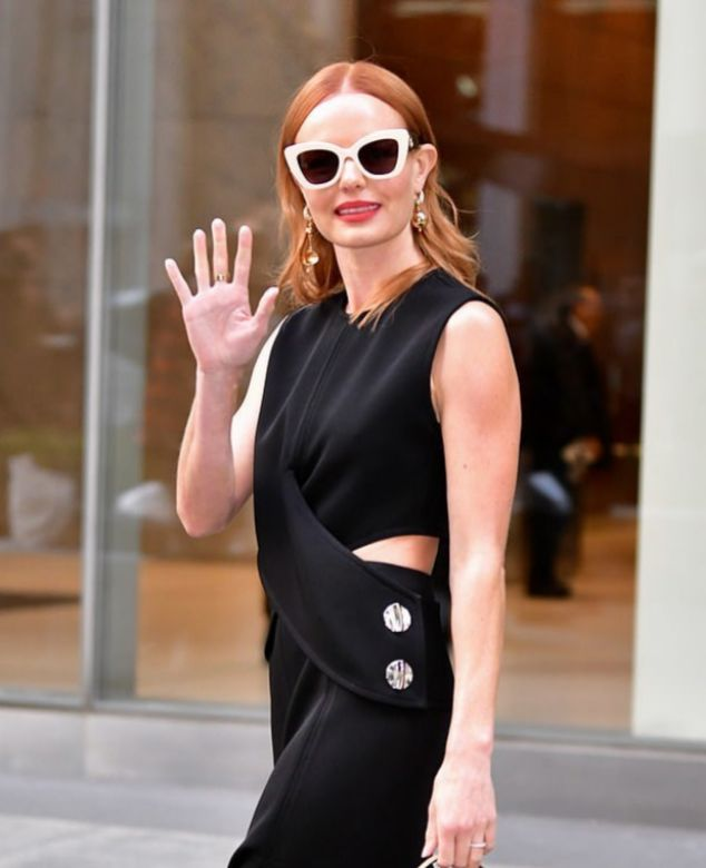 Kate Bosworth con un vestido negro y gafas cat eye en blanco