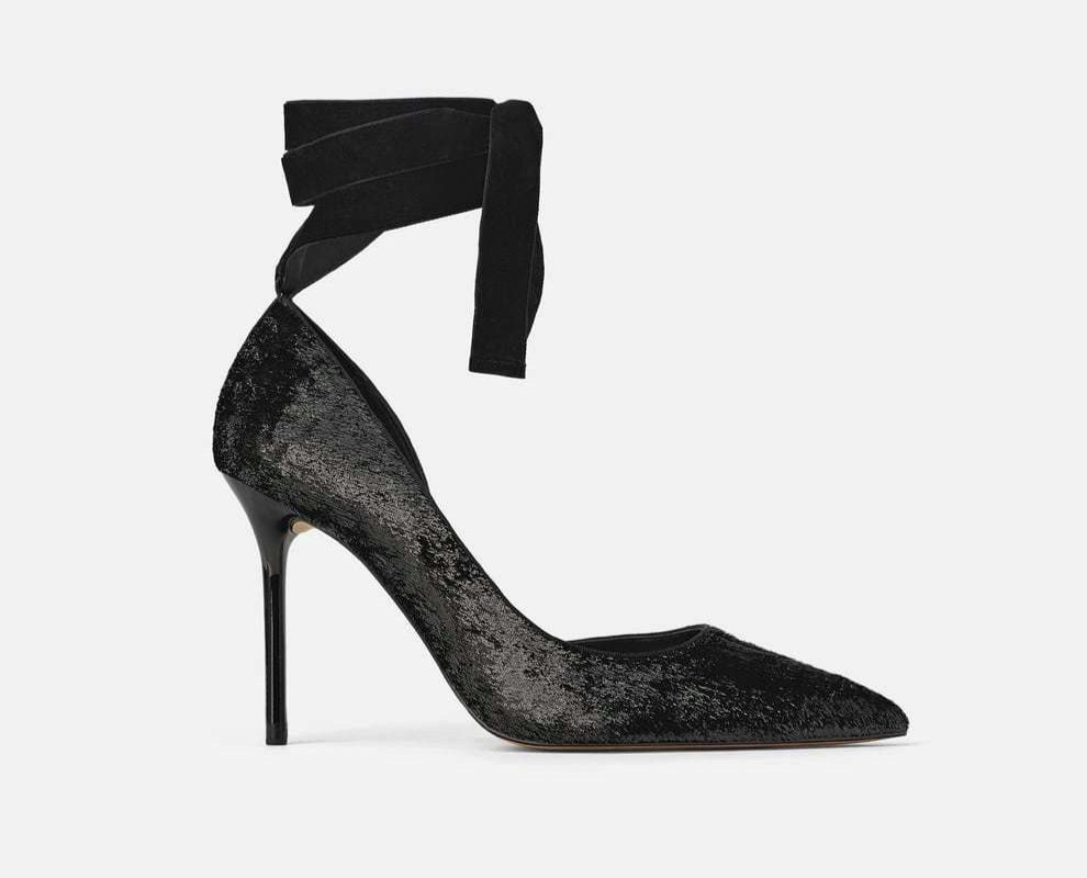 Zapato de tacón efecto brillante, de Zara. (39,95 euros).