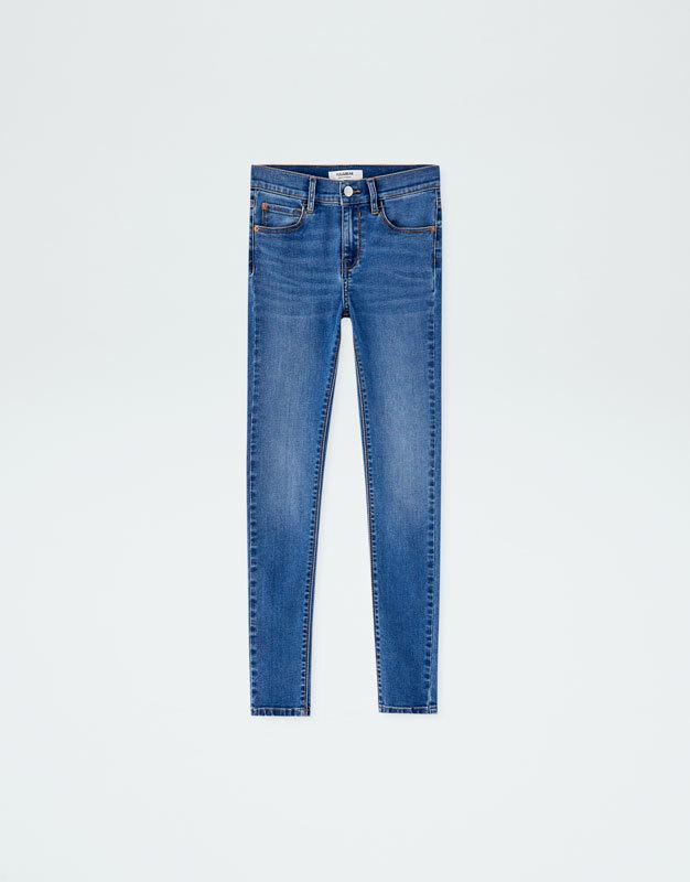Jeans pitillo, de Pull&Bear (19,99 euros).