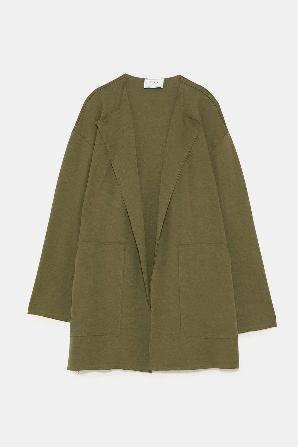 Abrigo ligero en verde caqui. (12,99 euros).