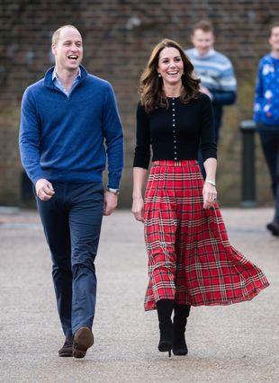 La duquesa de Cambridge apareció, junto al príncipe Guillermo, con...
