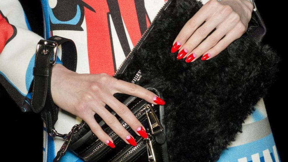 Descubre cómo conseguir la mejor manicura en rojo y dorado para estas...