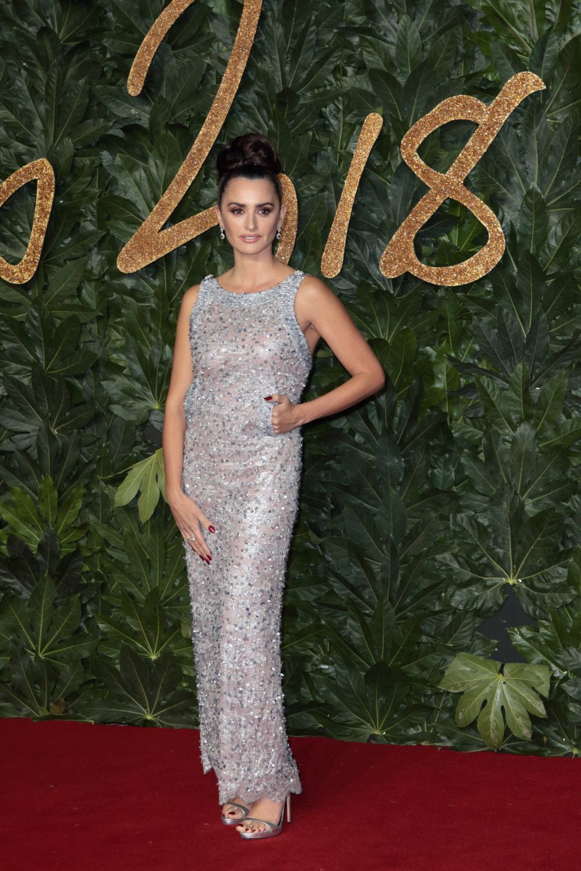 La actriz volvió a ejercer de embajadora de la firma Chanel y apostó...