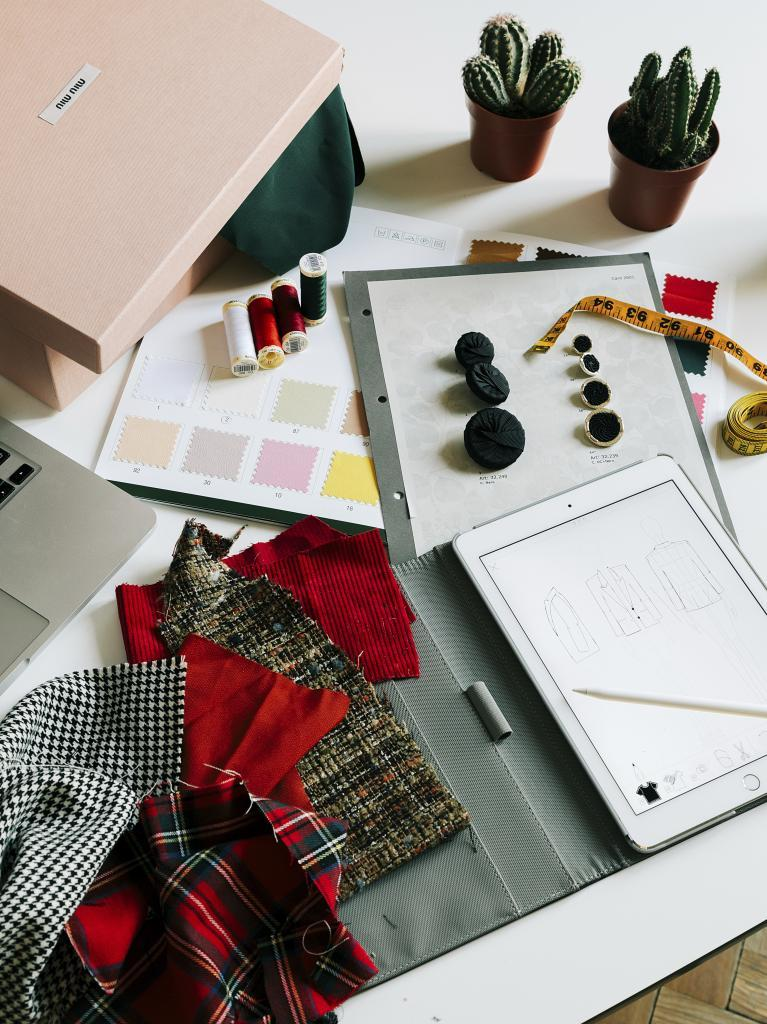 En el taller de Bleis Madrid se mezclan las telas, los botones y las...