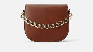 Con bolso de cadena