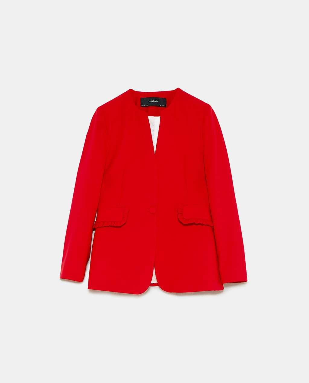 Chaqueta de traje sastre, de Zara (49'95 euros).