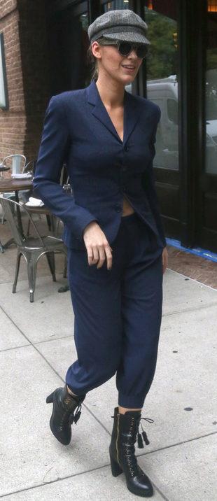 Blake Lively con traje sastre por Nueva York.