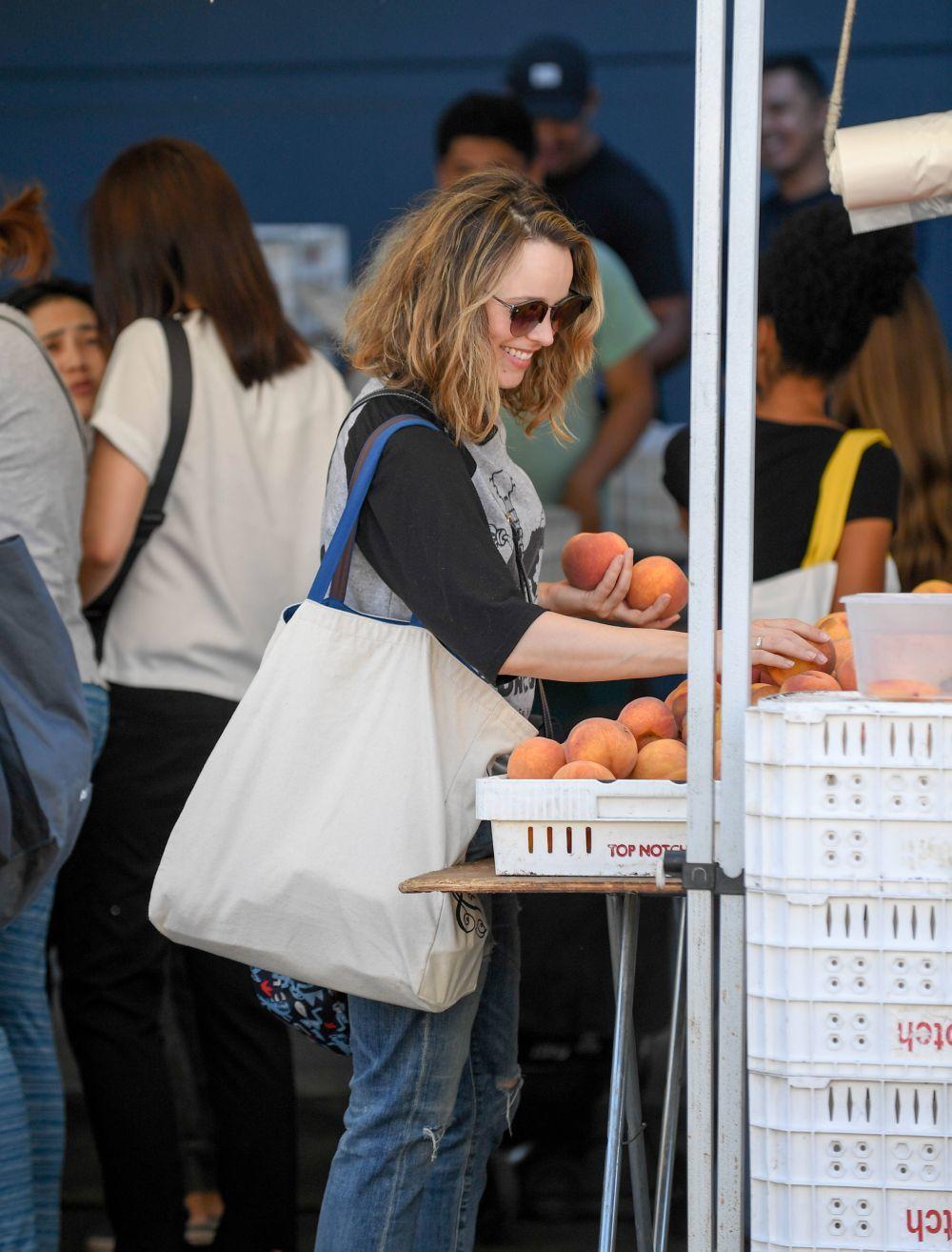 Rachel McAdams comprando frutas y cítricos, alimentos detox perfectos...