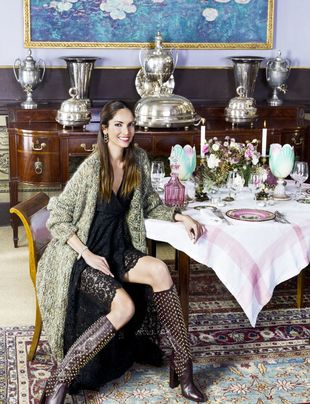 Eugenia Silva posando para TELVA en una mesa navideña.