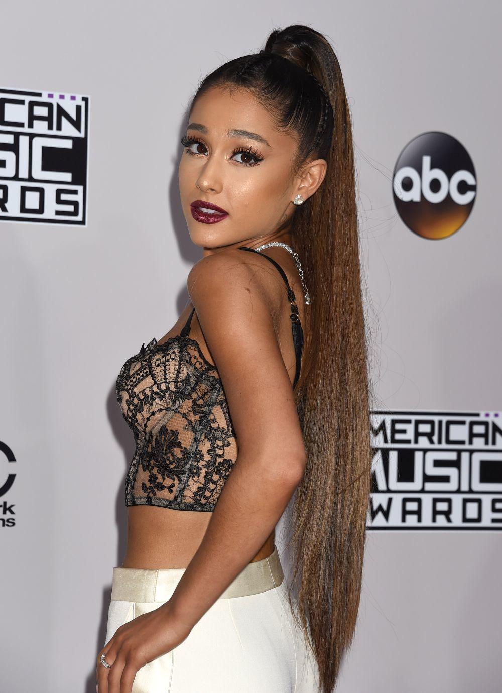 Ariana Grande es otra de las famosas que usa extensiones para lucir...