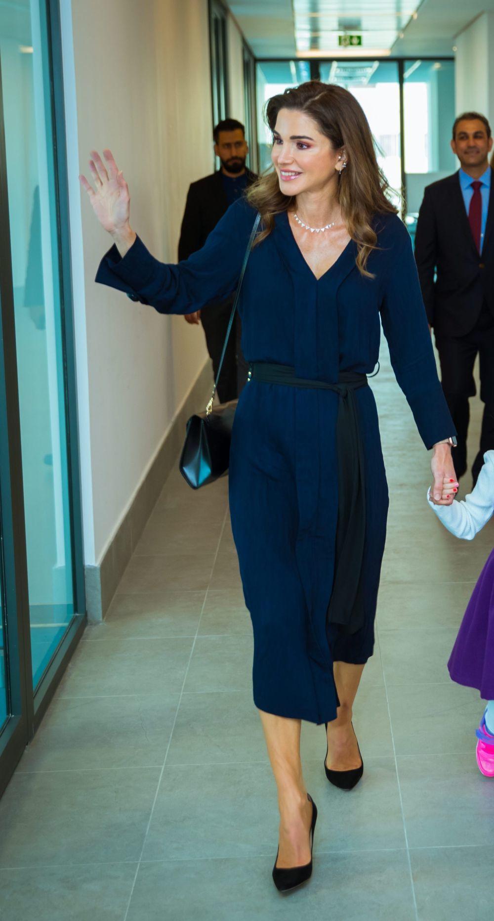 Rania de Jordania con un vestido azul de Zara.