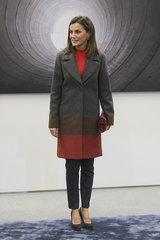 Doña Letizia con un abrigo tricolor de Hugo Boss.