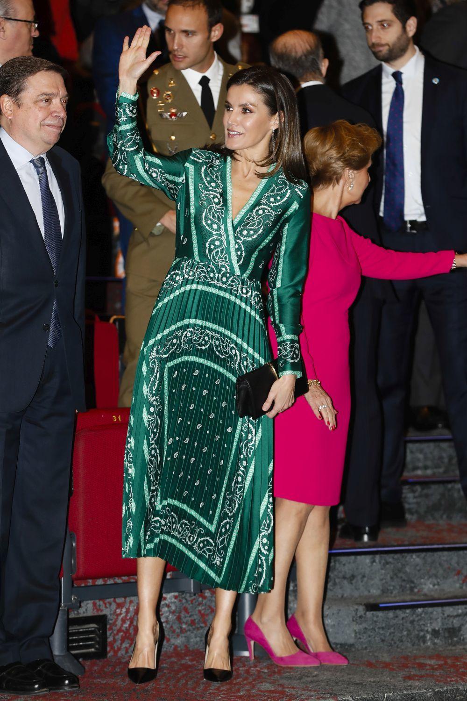 La reina Letizia con vestido estampado en color verde de Sandro.