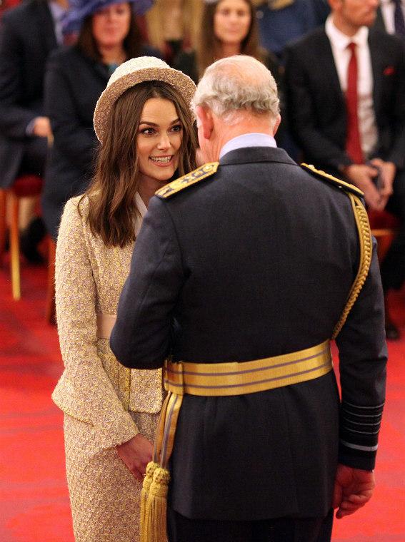 Keira Knightley junto al príncipe Carlos antes de recibir la insignia