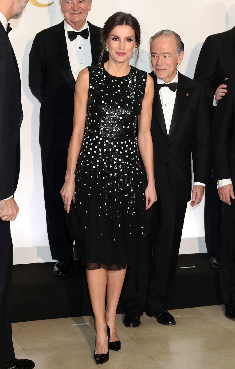 Doña Letizia con un vestido de lentejuelas firmado por Carolina...
