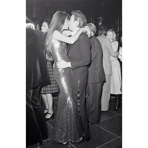 Jane Birkin con un vestido dorado de lentejuelas.