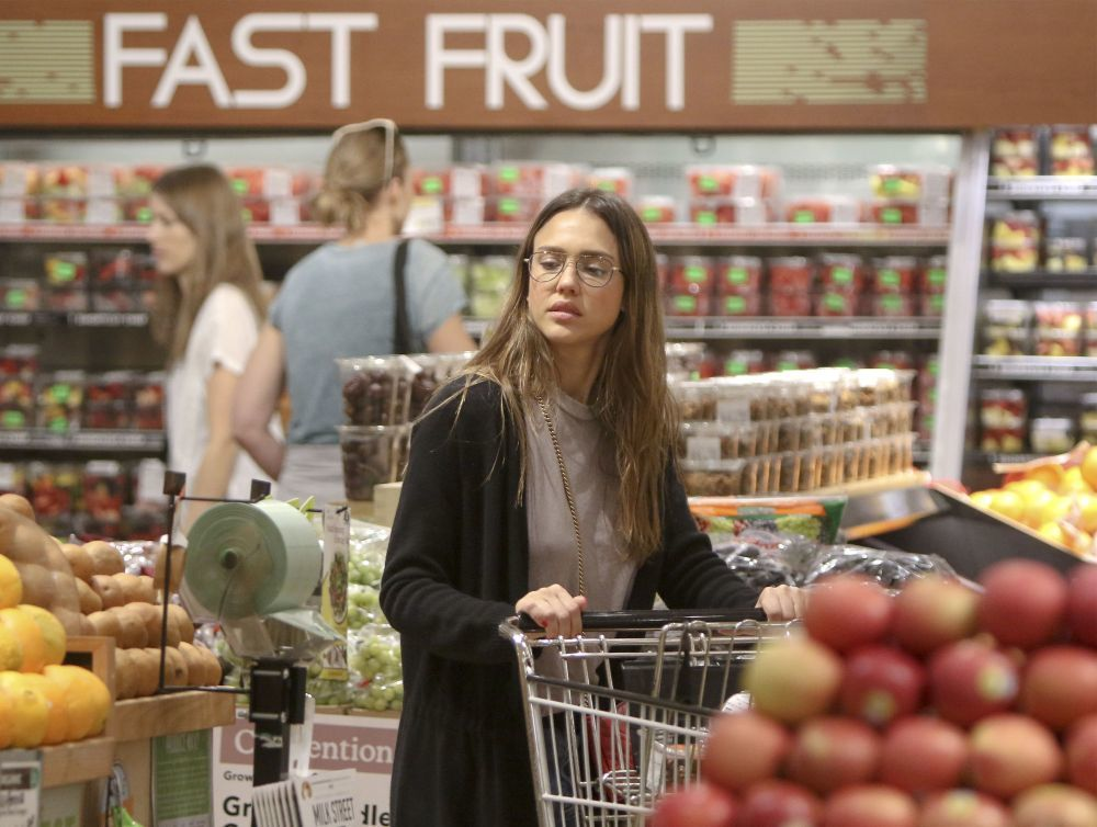 Jessica Alba comprando frutas en un supermercado orgánico de Los...