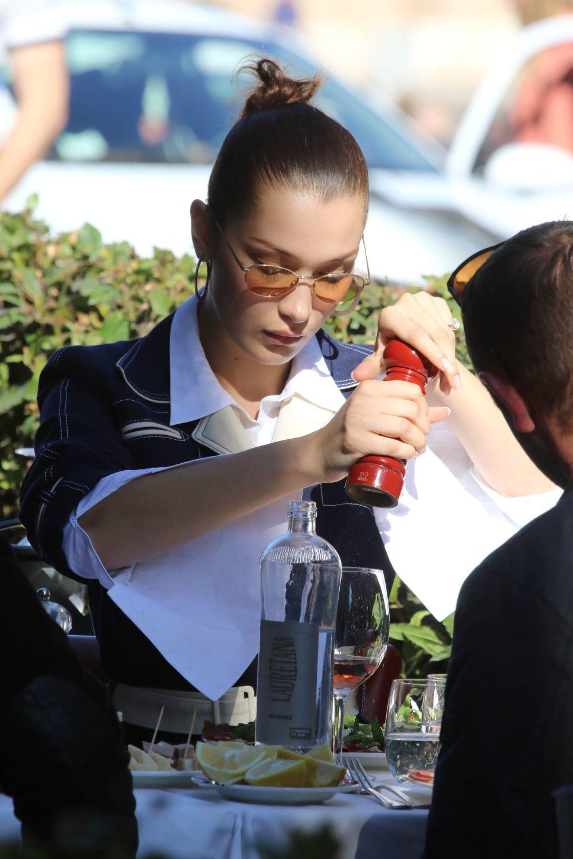 Bella Hadid disfrutando de una ensalada en la que seguro no falta el...
