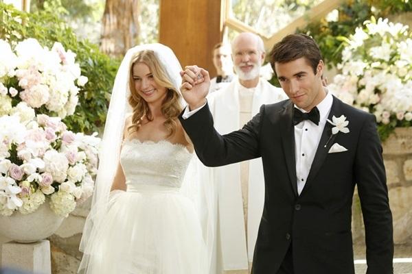 Emily VanCamp y Josh Bowman durante su boda en la serie Revenge.