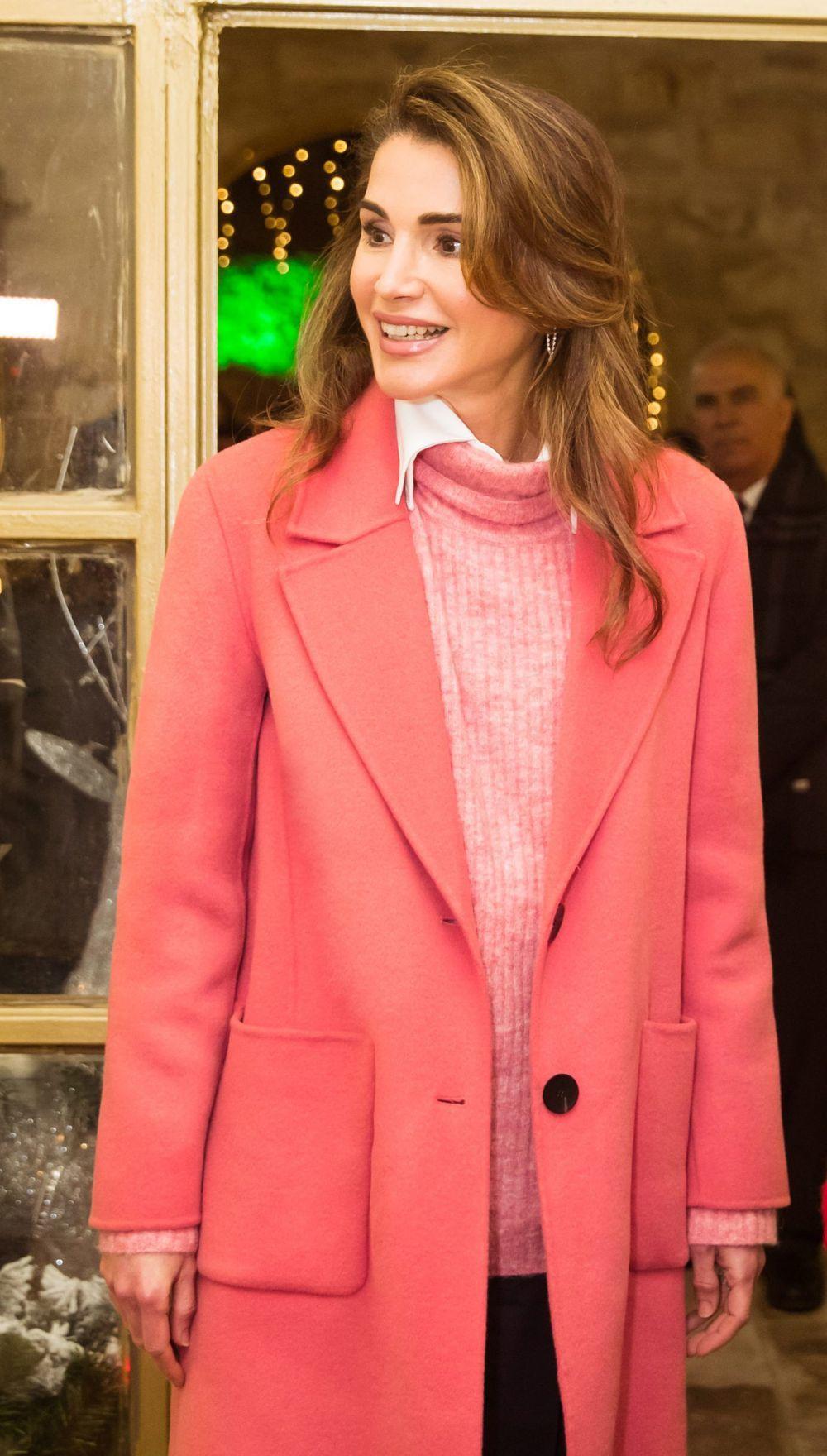 Rania de Jordania durante la iluminación de navidad.