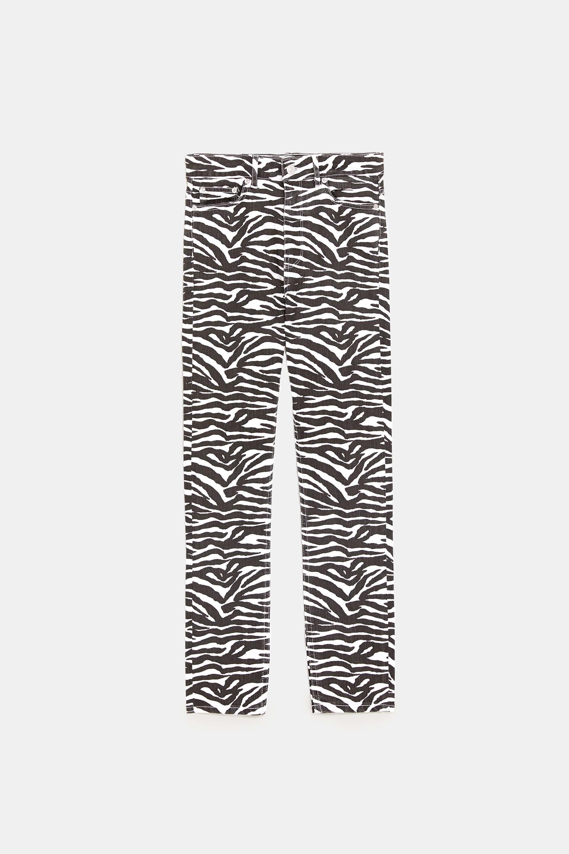 Jeans de pantalones de cebra. Zara (29,95 euros).