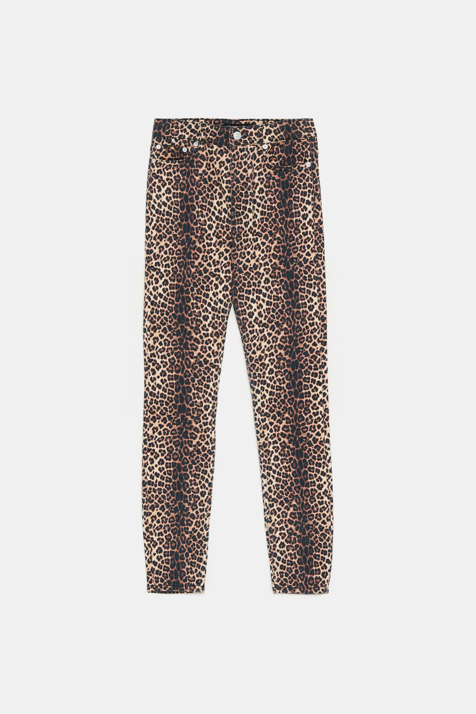 Jeans con pantalones de animla print (29,95 euros).