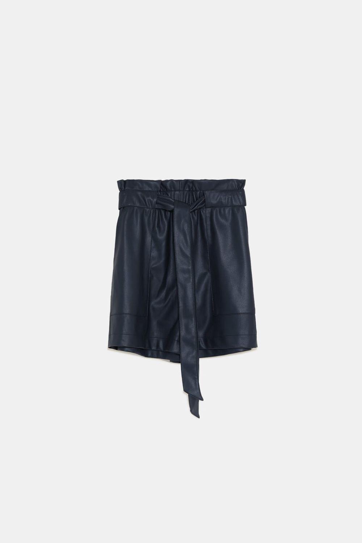 Pantalones cortos de cuero, de Zara (19,95 euros).