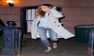 Sarah Jessica Parker luciendo zapatos Tartt de su colección SJP By...