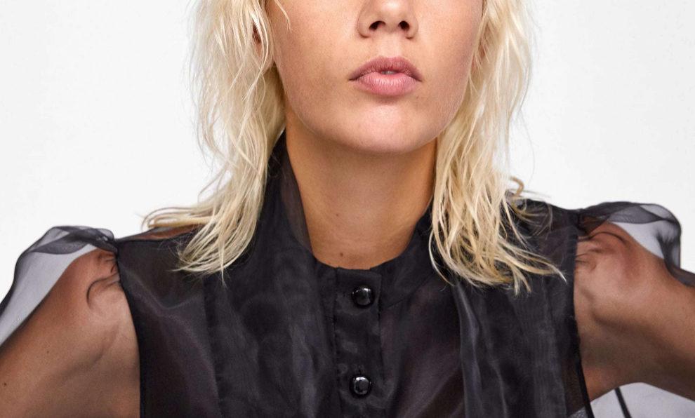 Blusa negra de Zara (39,95 euros).