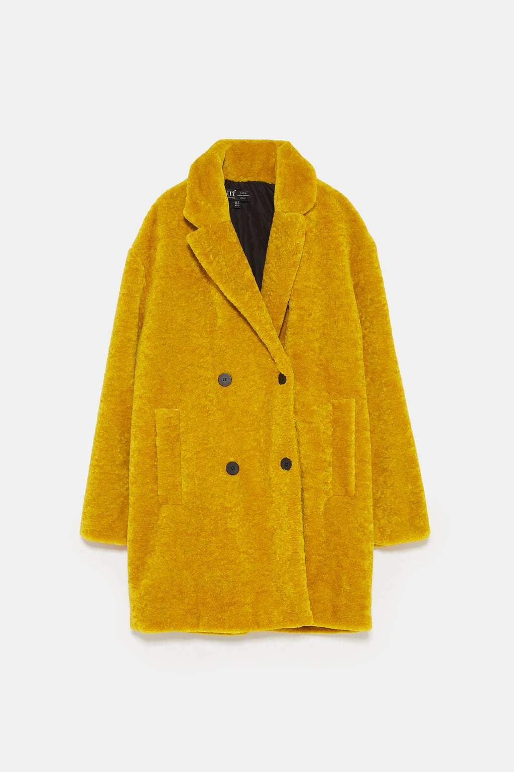 Abrigo de textura amarillo, de Zara (49,95 euros).