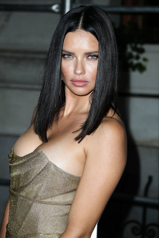 Adriana Lima con un long bob liso y pulido.