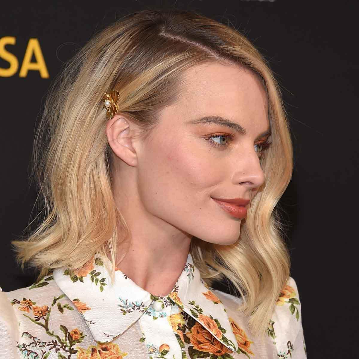 Margot Robbie con horquilla, ideal para accesorizar una melena bob o...