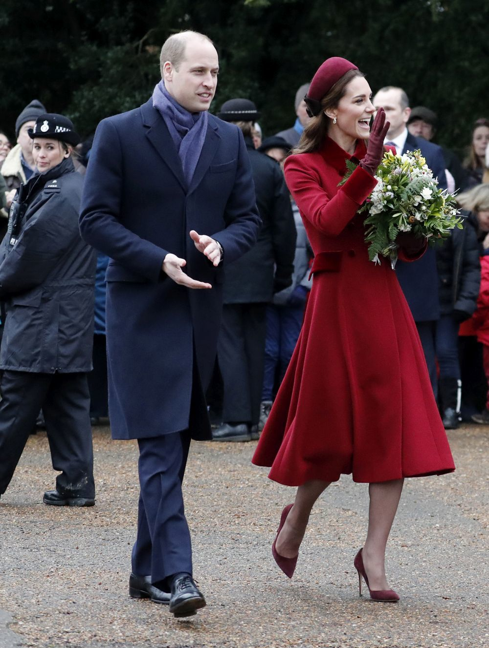 Kate Middleton con un total look burdeos junto al príncipe Guillermo.