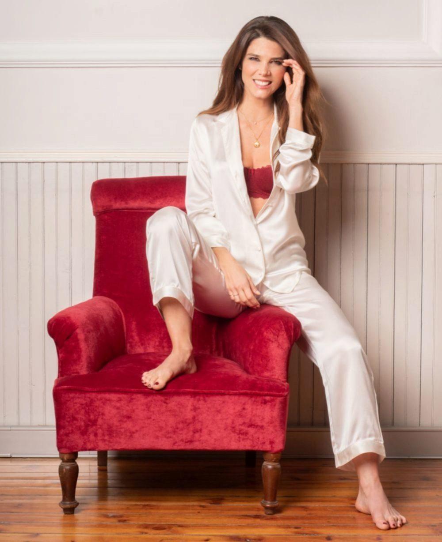 Juana Acosta elige pijamas y sujetadores atrevidos para sus eventos navideños.