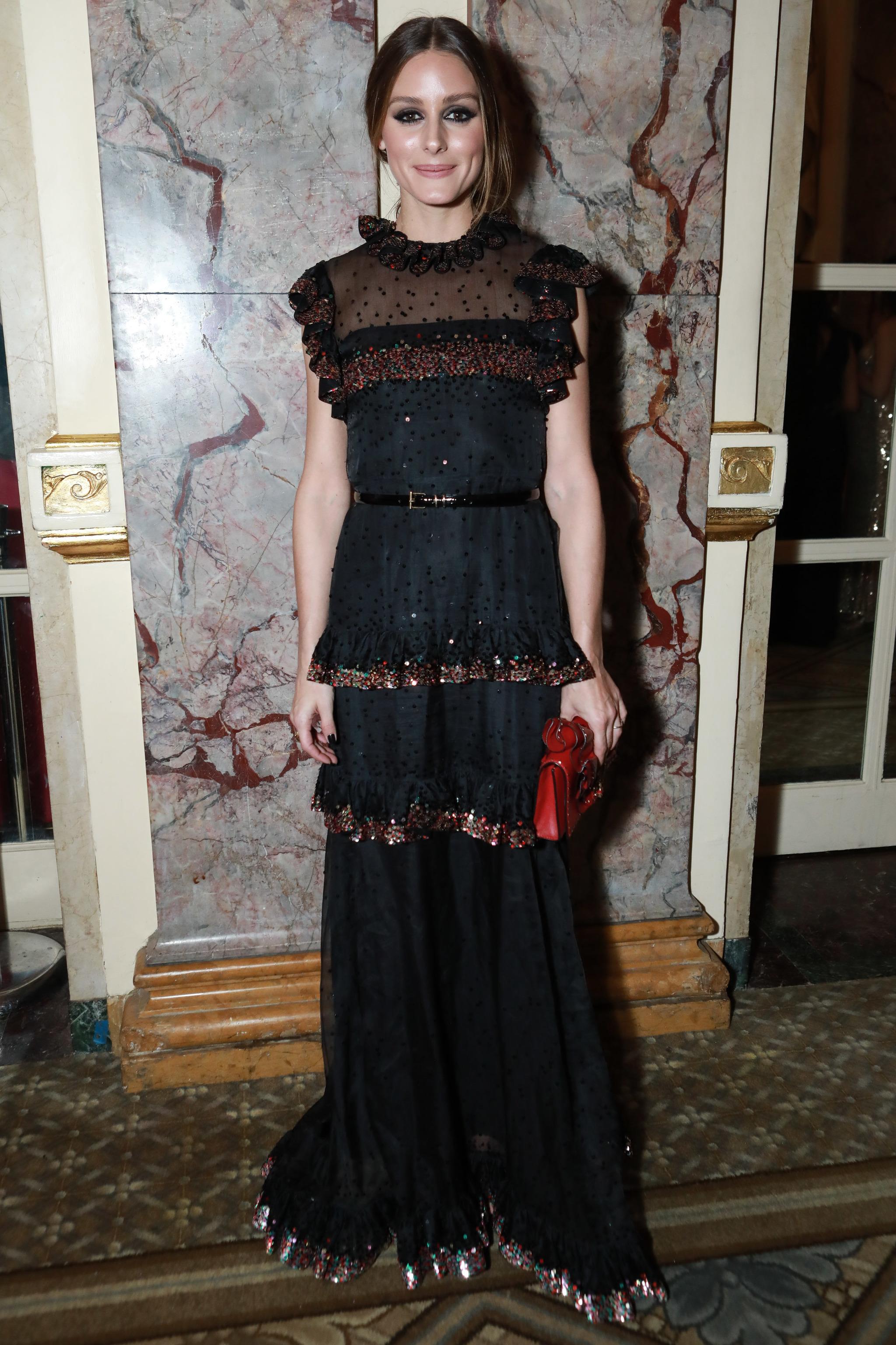Olivia Palermo con un vestido negro de corte boho.