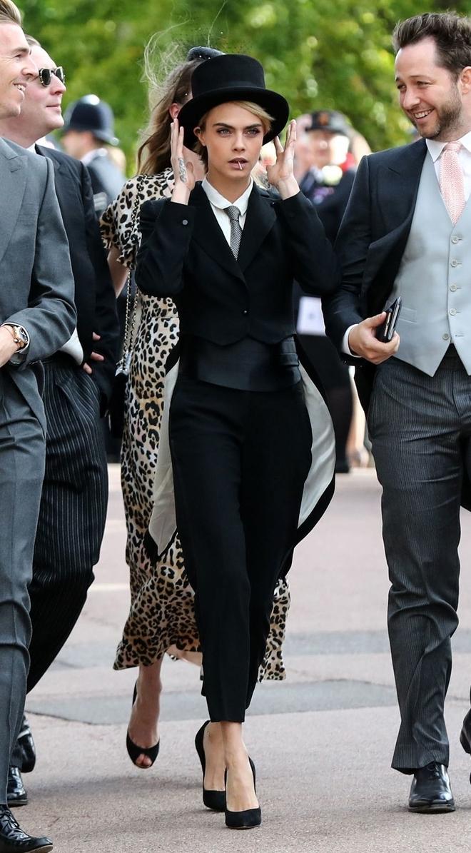 Cara Delevingne con un esmoquin en la boda de Harry y Meghan.