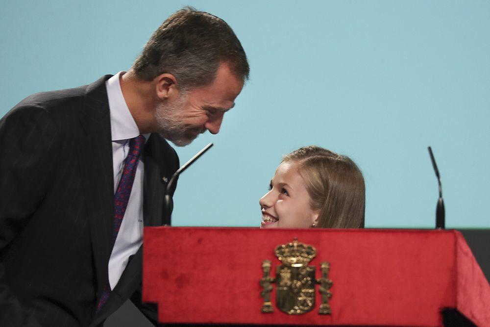 El rey Felipe VI y Leonor comparten una mirada cómplice antes de la...