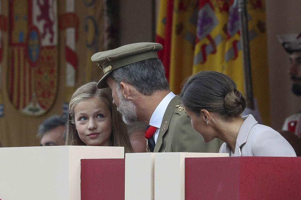 La princesa Leonor el Día de la Hispanidad conversando con su padres.