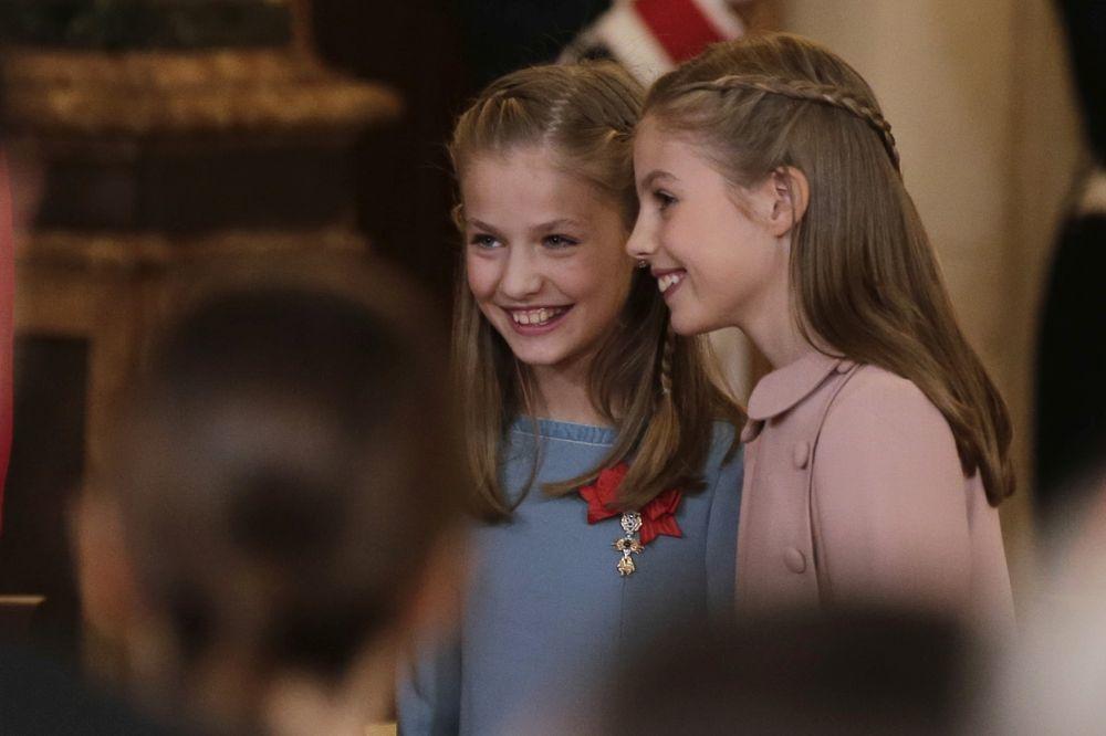 La princesa Leonor luce el Toisón de oro y comparte risas con su...