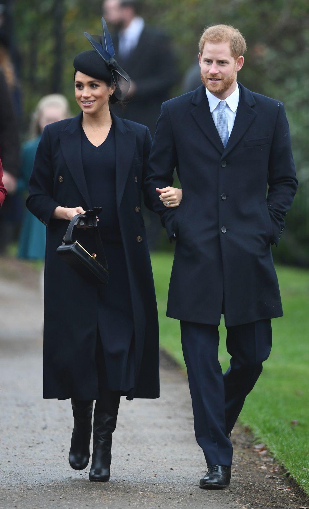 Meghan Markle vestida de Victoria Beckham, del brazo del príncipe...