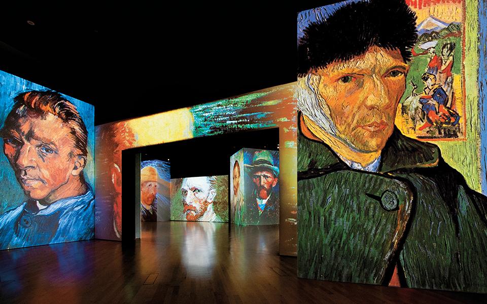 Una de las salas de la muestra Van Gogh Alive con autorretratos del...