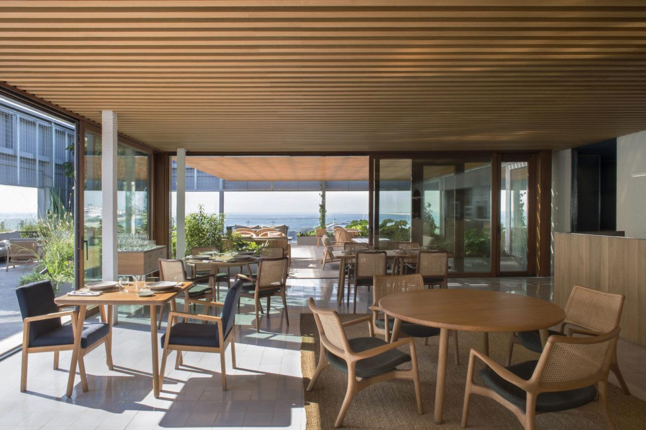 Un balcón con vistas al Mediterráneo y a la ciudad de Barcelona....