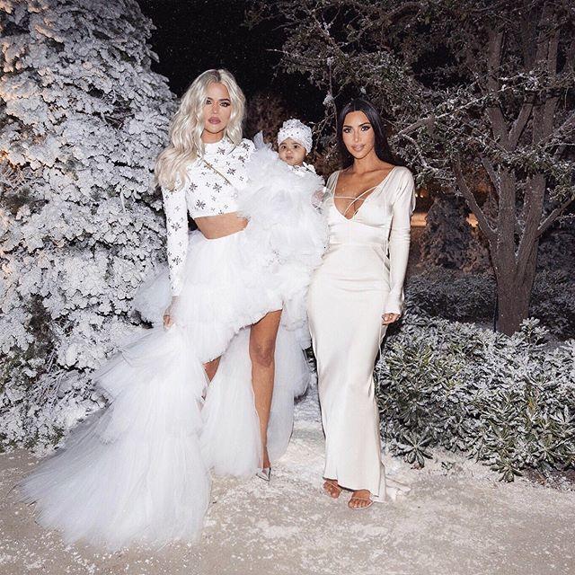 Khloé y Kim Kardashian en la fiesta de Navidad organizada por la...