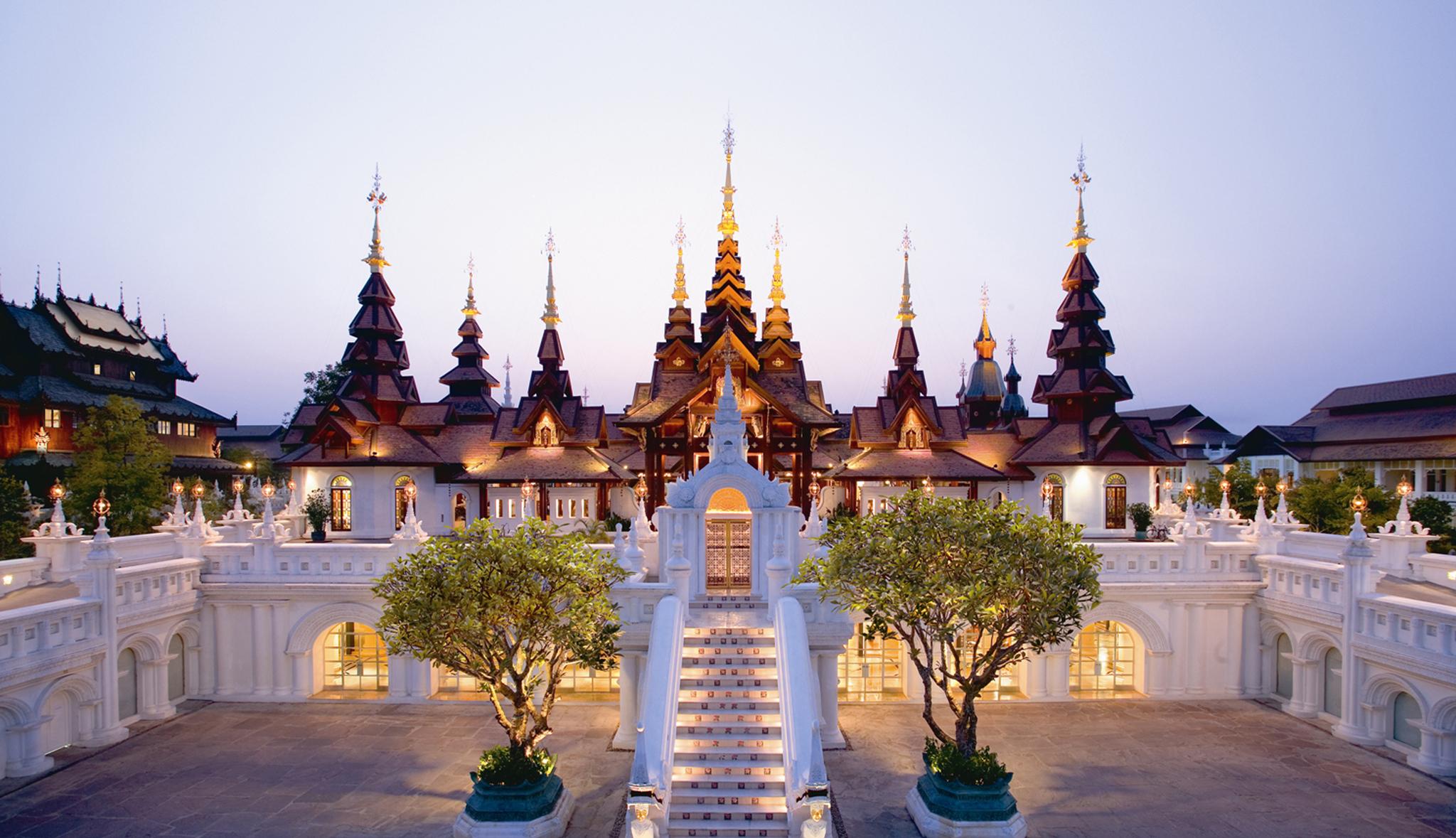 La fachada del hotel Dhara Dhevi en Chiang Mai parece un gran parque...